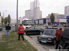 В Киеве бетономешалка не дала проскочить «Мерину». Фото