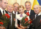 Тимошенко нацепила на шею цветок. Фото