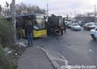 Киев. Столб разворотил кабину КамАЗа. Фото