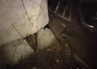 Киевлянин на «Мерсе», видимо, хотел похвастаться перед девушкой. И чуть не слетел с моста. Фото