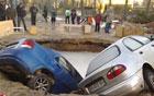 В Киеве под землю провалились две машины. Фото