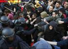 На улицах Испании проходят жестокие бои между полицией и студентами. Фото