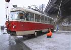В Киеве трамвай с пассажирами слетел с рельсов. Фото