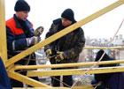 В Николаеве иностранец вылез на строительный кран. А спуститься не осилил. Фото
