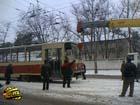В Киеве сошел с рельсов еще один трамвай. Всему виной налипший снег. Фото