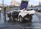 Неслабое ДТП в Киеве. Легковушку разорвало пополам. Удивительно, но водитель и пассажир выжили. Фото