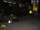 Киевлянин на «БМВ» пытаясь заехать на АЗС, разорвал мотоцикл. Фото