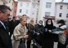 Тимошенко перед выходом на улицу снимает маску? Фото