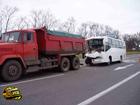 Рейсовый автобус от души въехал в «КрАЗ». У пассажиров просто не было шансов остаться невредимыми. Фото