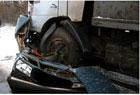 На Донбассе «КамАЗ» в прямом смысле слова раздавил «Жигуль». Трупы извлекли лишь с помощью стойкореза. Фото