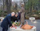 В общем, все как всегда. Ющенко повел Лукашенко к памятнику жертв Голодомора и заставил махать лопатой. Фото