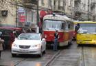 Киев. Девушка на «Лексусе» догадалась припарковаться на… трамвайных путях. Ее потом чуть не линчевали. Фото