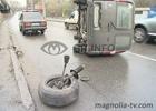 Киев. У микроавтобуса с мясом вырвало колесо после встречи с бордюром. Фото