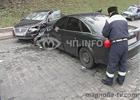 Недалеко от центра Киева столкнулись лоб в лоб две иномарки. Фото