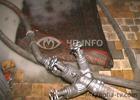 Перепуганный киевлянин в трусах выбежал на улицу. Страх перед огнем оказался сильнее стыда. Фото