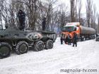 Автомобили из снежных заносов освобождают с помощью... БТРов. Фото