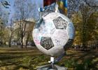 Что за люди. Донецкие вандалы испохабили памятник Евро-2012. Фото
