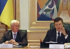 Янукович демонстративно склонил голову перед КСУ