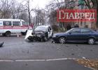 Киевский перекресток не смогли поделить микроавтобус и легковушка с охранниками. Фото