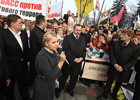 Контрасты. В сверкающих черевичках от Gucci Тимошенко вышла к бедным предпринимателям. Фото