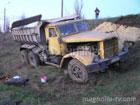В Мариуполе перевернулся огромный грузовик с песком. Фото