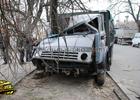 Николаев. Груженный под завязку «КамАЗ» вылетел на обочину и вырвал дерево. Фото