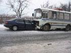 На Закарпатье «БМВ», после непонятного маневра «ВАЗа», влетел прямиком под автобус. Фото