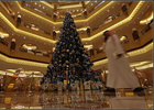 Самая неприлично дорогая рождественская елка стоит в Абу-Даби. Фото
