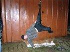 Алло, гараж. Неудачливый вор повис вниз головой сразу после кражи, помочь ему смогла только милиция. Фото
