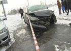 Киевлянка на бешеной скорости протаранила остановку общественного транспорта. Виновницу чуть не линчевали. Фото