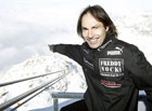 Безумец из Швейцарии прогулялся над пропастью на высоте 3000 метров без страховки. Фото