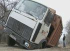 Наши дороги – наша беда. На Одесщине мусоровоз провалился под землю. Фото