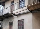 В центре Львова вместе с женщиной упал балкон. Фото