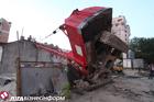 В центре Киева строительный  кран упал на жилой дом. Фото