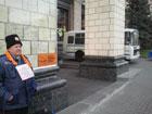 Где же былая популярность? Поддержать Ющенко вышел аж один дедушка. Его охраняет целый автобус милиции. Фото