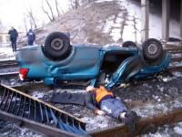 В Горловке легковушка слетела с моста прямо на рельсы. Водитель погиб на месте. Фото