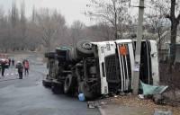 На Донбассе столкнулись и перевернулись два огромных грузовика. Один из них перевозил опасный груз. Фото