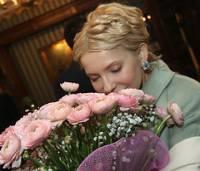 Тимошенко увидела особое геройство в плясках под СИЗО.  Ей даже померещились дула автоматов и застенки КГБ для поздравляющих