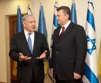 Израильтяне обозвали Януковича творцом истории и заставили написать пару строк отсебятины. Фото