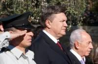 Янукович решил не отставать от Тимошенко. Для начала, освоил премудрости Ipad