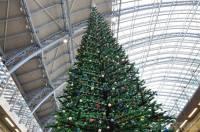 Англичане решили проявить оригинальность. Лондонский вокзал будет украшать рождественская елка из Lego. Фото