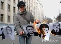 На Банковой сожгли народных депутатов. Фото