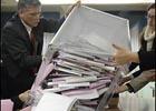 Россиянам на выборах подсовывали в кабинки для голосования стирающиеся ручки. Видео
