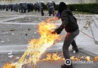 Греки подожгли себя под стенами парламента в честь убитого три года назад подростка. Фото