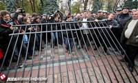Многострадальный забор под Радой опять расшатывают. Теперь уже фермеры