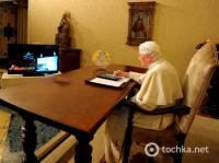 Прогресс на службе у Бога. Папа Римский зажег елку с помощью планшетника. Фото