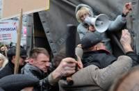 «Беркут» и «юлеботы» толкаются под стенами Апелляционного суда. Фото