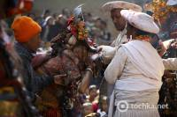 «Смачного». Шаман Непала пьет кровь из живой козы, чтобы задобрить духов. Фото