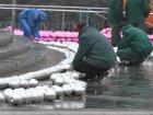 Рабочие поснимали игрушки с новогодней «йолки» в центре Киева