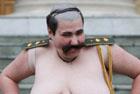 Барышни из FEMEN устроили в Минске традиционное шоу с «перчинкой». Фото